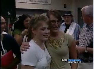 """American Idol"" finalist Bowersox gives back at St Paul"