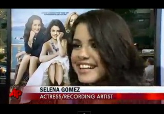 Bieber Supports Gomez at Premiere